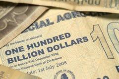 Unik Zimbabwe hyperinflationsedel hundra miljard dollar i detaljen, 2008 Arkivbilder