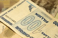 Unik Zimbabwe hyperinflationsedel hundra miljard dollar i detaljen, 2008 Royaltyfri Bild