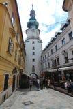 Unika gator av gamla Bratislava, fascinerar vid berlocket, en cosiness och utmärkt öl royaltyfri fotografi
