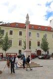 Unika gator av gamla Bratislava, fascinerar vid berlocket, en cosiness och utmärkt öl royaltyfri foto