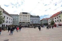 Unika gator av gamla Bratislava, fascinerar vid berlocket, en cosiness och utmärkt öl royaltyfria foton