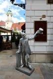 Unika gator av gamla Bratislava, fascinerar vid berlocket, en cosiness och utmärkt öl royaltyfria bilder