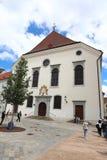 Unika gator av gamla Bratislava, fascinerar vid berlocket, en cosiness och utmärkt öl royaltyfri bild