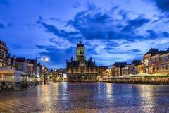 Unika Stadhuis som är bekant som den Markt för stadsHallat lokal fyrkanten Market Place i holländsk gammal stadsdelftfajans Royaltyfri Foto
