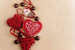 Unika stilfulla röda hjärtor och kakor på hantverkbakgrund, valen Royaltyfria Foton