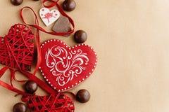 Unika stilfulla röda hjärtor och kakor på hantverkbakgrund, valen Arkivfoton