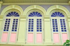 Unika traditionella färgrika fönster i lilla Indien, Singapore Fotografering för Bildbyråer