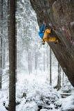 Unika vintersportar Vagga klättraren på en utmanande stigning Extreeme klättring arkivbild