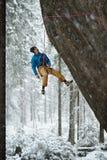 Unika vintersportar Vagga klättraren på en utmanande stigning Extreeme klättring royaltyfria bilder