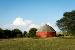 Unikalna round czerwona stajnia otaczająca otwartą ziemią uprawną w wiejskim Illinois Obrazy Stock