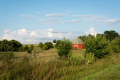 Unikalna round czerwona stajnia otaczająca otwartą ziemią uprawną w wiejskim Illinois Obrazy Royalty Free
