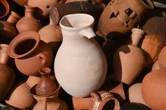 Unikalna tekstura starzy gliniani produkty - ceramiczni garnki obrazy stock