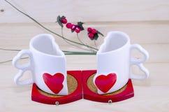 Unikalnego serca kawowego kubka kształtny rozszczepiony w oddaleniu Obrazy Royalty Free