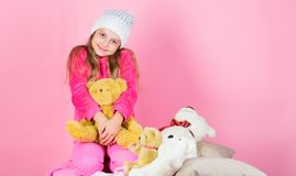 Unikalni doczepiania faszerujący zwierzęta Dzieciak małej dziewczynki sztuka z miękkiej części zabawki misia menchii tłem Dziecko zdjęcie stock