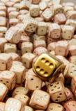 Unikalni złoci kostka do gry Zdjęcia Royalty Free