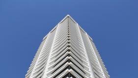 Unikalny budynek przeciw niebieskiemu niebu Obrazy Royalty Free
