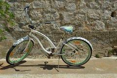 Unikalny kolorowy dostosowywający bicykl z malować dekoracjami zdjęcie stock