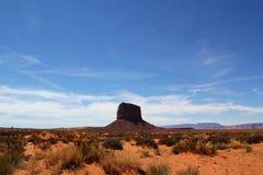 Unikalny krajobraz Pomnikowa dolina - Wyróżniający Butte po środku pustyni obrazy royalty free
