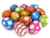 Unikalny złoty jajko wśród Wielkanocnych jajek Zdjęcie Royalty Free