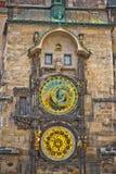 Unikalny zegar na unikalny wierza w Praga Zdjęcia Stock