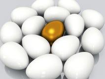 Unikt guld- ägg bland vita ägg Royaltyfri Foto