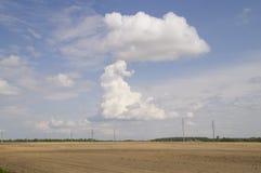 Unikt moln i form av en stor champinjon på en blå himmel Stock Illustrationer