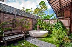 Unikt och klassiskt utomhus- badrum royaltyfri bild