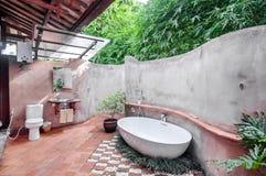 Unikt och klassiskt utomhus- badrum royaltyfria foton
