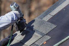 Unindo telhas ao telhado Fotos de Stock