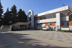 Union Bank sur la rue de Lénine dans le règlement de station de vacances d'Adler, Sotchi Images stock