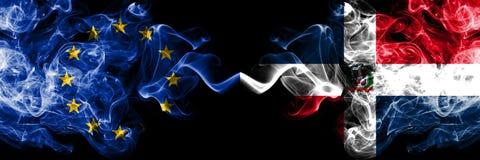 Union européenne contre des drapeaux de fumée de la République Dominicaine placés côte à côte Drapeaux soyeux colorés ép illustration stock