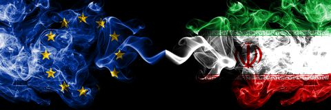 Union européenne contre l'Iran, drapeaux iraniens de fumée placés côte à côte Drapeaux soyeux colorés épais de fumée d'U illustration de vecteur