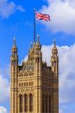 Union Jack över hus av parlamentet, Westminster, London Arkivfoto
