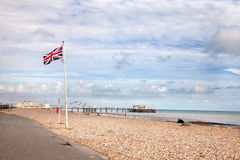 Union Jack auf Worthing Strand Stockbild