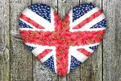 Union Jack, bajo la forma de corazón en un fondo de madera Imagen de archivo libre de regalías
