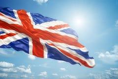 Union Jack en el cielo azul ilustración del vector
