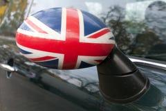 Union Jack en un espejo de la vista posterior Imagenes de archivo