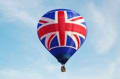 Union Jack flaga gorącego powietrza balon w locie Zdjęcia Stock