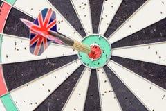 Union Jack flaga strzałka Wtykająca w Bullseye desce Obrazy Royalty Free