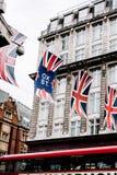 Union Jack-Flaggen, die in der Stadt von London hängen lizenzfreie stockbilder