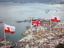 Union Jack u. Gibralta Markierungsfahnen über Gibralta Stockfotografie