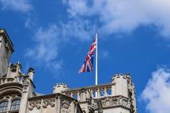 Union Jack ( Verband Jack) Wellenartig bewegen in den Wind auf einer Dachspitze in London lizenzfreie stockfotos