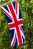Union Jack Zaznacza latanie od chorągwianego słupa na centrum handlowe ulicie Londyn england Zdjęcie Royalty Free