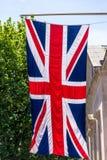 Union Jack Zaznacza latanie od chorągwianego słupa na centrum handlowe ulicie Londyn england Obrazy Stock