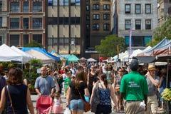 Union Square greenmarket med folk i New York Arkivfoto