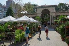 Union Square greenmarket med folk i New York Royaltyfria Bilder