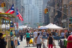 Union Square marknad med folk i en solig dag i New York Royaltyfria Bilder