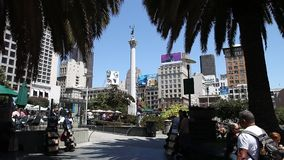 Union Square San Francisco. San Francisco, CA, USA - August 17, 2016: tourists, stalls with souvenirs and bars in Union Square, the central square of San stock video