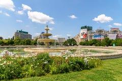 Union Square springbrunn och hus av folk- eller parlamentslotten i Bucharest Arkivfoton