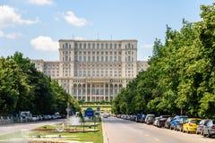 Union Square springbrunn och hus av folk- eller parlamentslotten i Bucharest Royaltyfri Bild